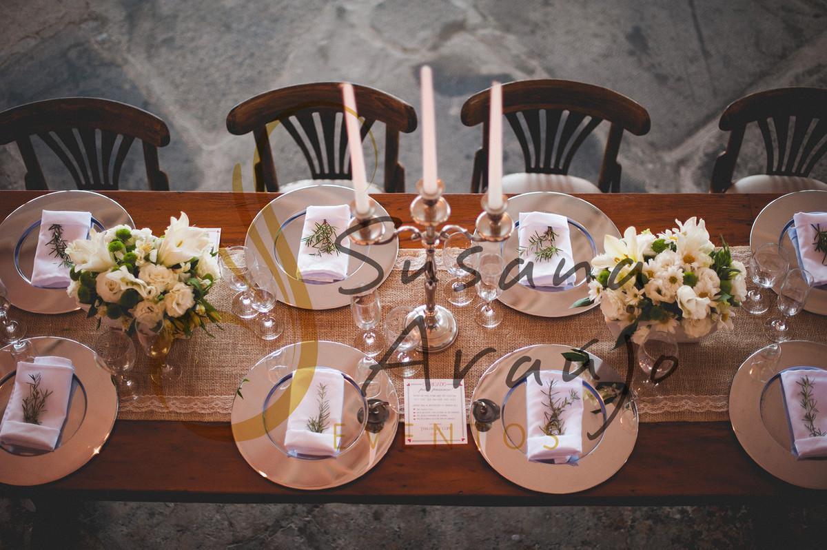 Casamento Zéfiro Niterói, mesa de convidados com flores brancas.