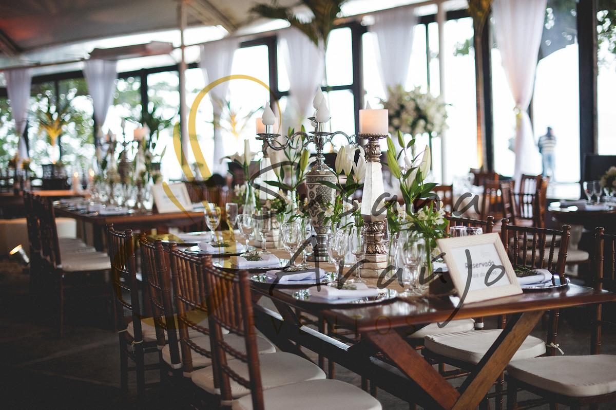 Casamento Zéfiro Niterói, mesa de convidados / família com flores brancas.