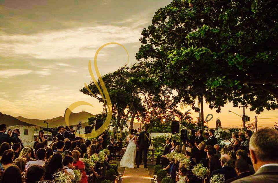 Casamento Zéfiro Niterói, cerimônia na Fortaleza de Santa Cruz, Capela de Santa Bárbara com flores brancas.
