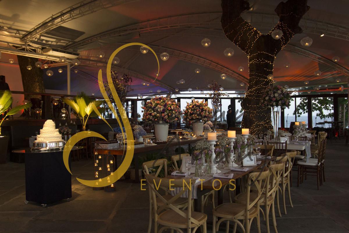 Casamento Zéfiro Niterói, mesa de convidados e de doces com flores rosa, branco e lilás.