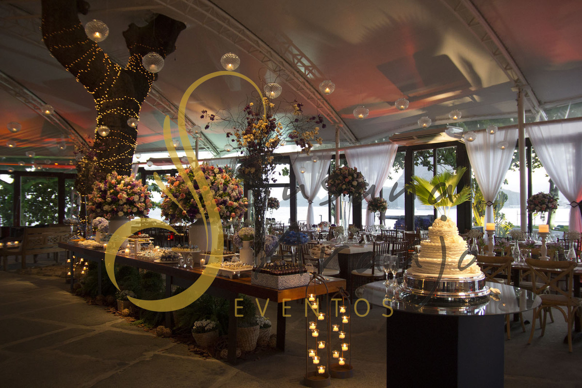 Casamento Zéfiro Niterói, mesa de doces com flores lilás. rosa e brancas.