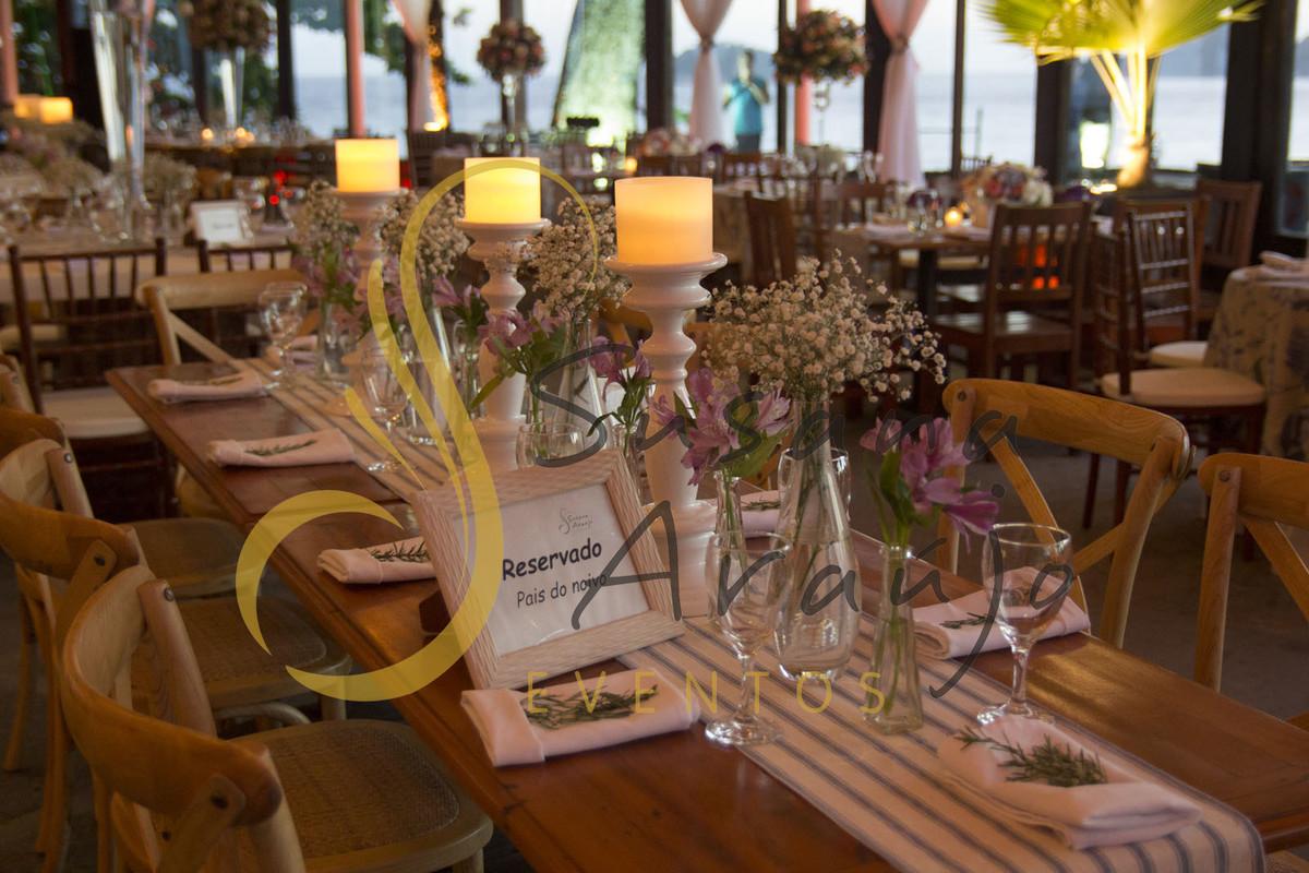 Casamento Zéfiro Niterói, mesa de convidados com flores lilás e brancas, com castiçais de velas