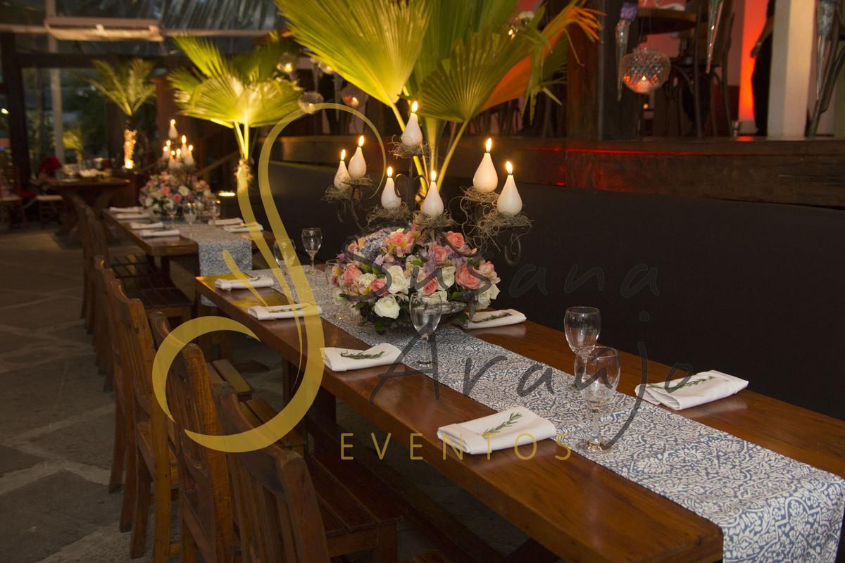 Casamento Zéfiro Niterói, mesa de convidados com flores brancas, rosa e lilás e velas.