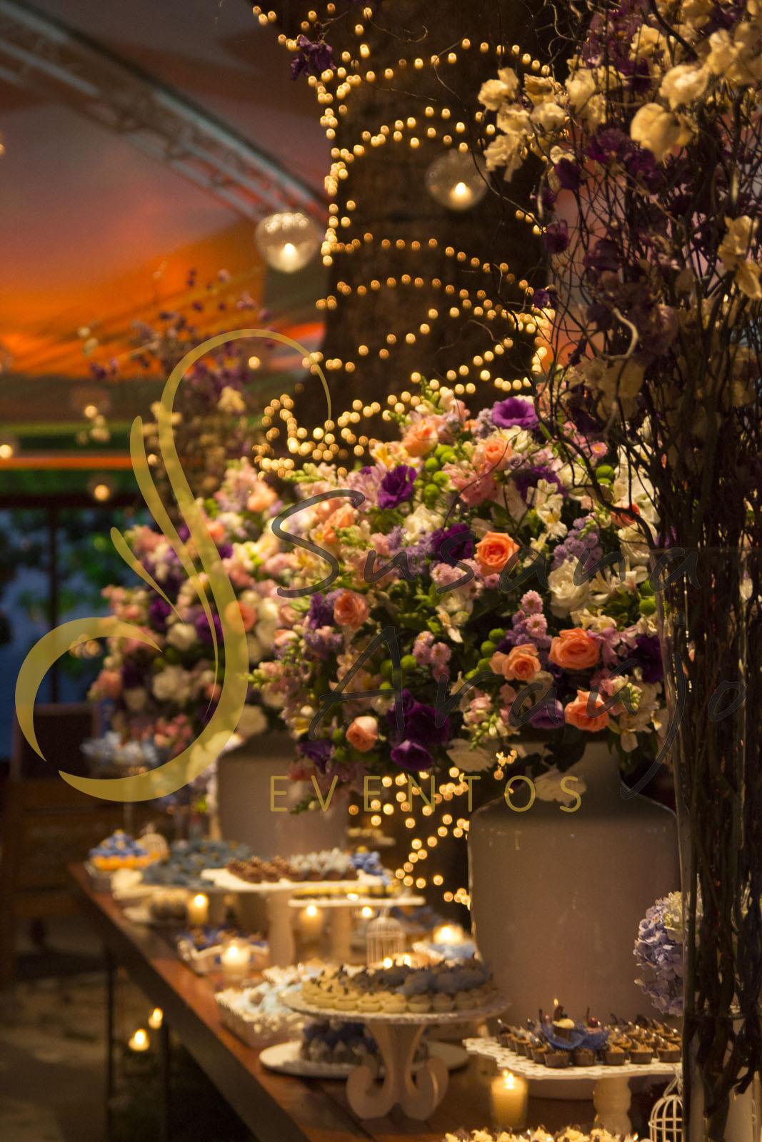 Casamento Zéfiro Niterói, mesa de doces com flores brancas, lilás e rosa..