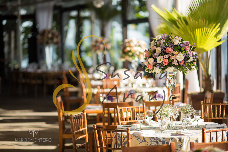 Casamento Zéfiro Niterói, mesa de convidados com flores brancas, lilás e rosa..