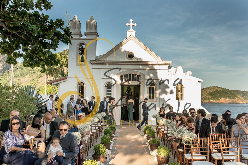 Casamento Zéfiro Niterói, Cerimônia na Fortaleza de Santa Cruz, Capela de Santa Bárbara com flores brancas. mesa de convidados com flores brancas.