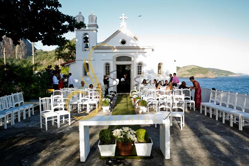 Casamento Zéfiro Niterói, cerimônia na Fortaleza de Santa Cruz, Capela de Santa Bárbara com flores brancas e buchinhos.