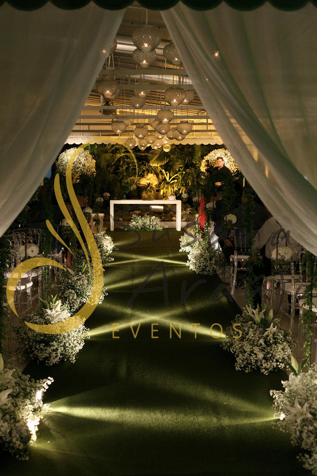 Casamento Casa da Amizade Niteroi Cerimonia varanda suporte de ferro era paulista aster flores campestres brancas passadeira verde musgo velas suspensas