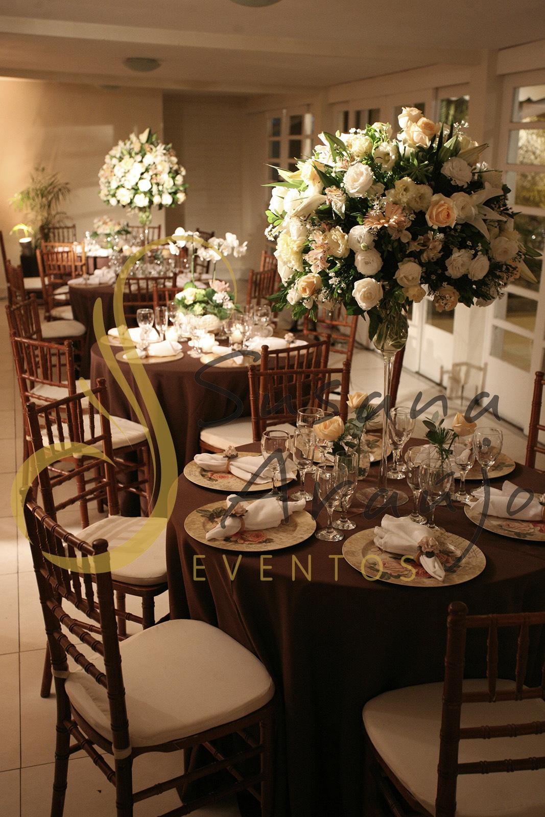 Casamento Casa da Amizade Niterói RJ Decoração floral flores brancas rosa claro pasteis Centro de mesa  arranjo alto sousplats estampado toalha charuto cadeira madeira