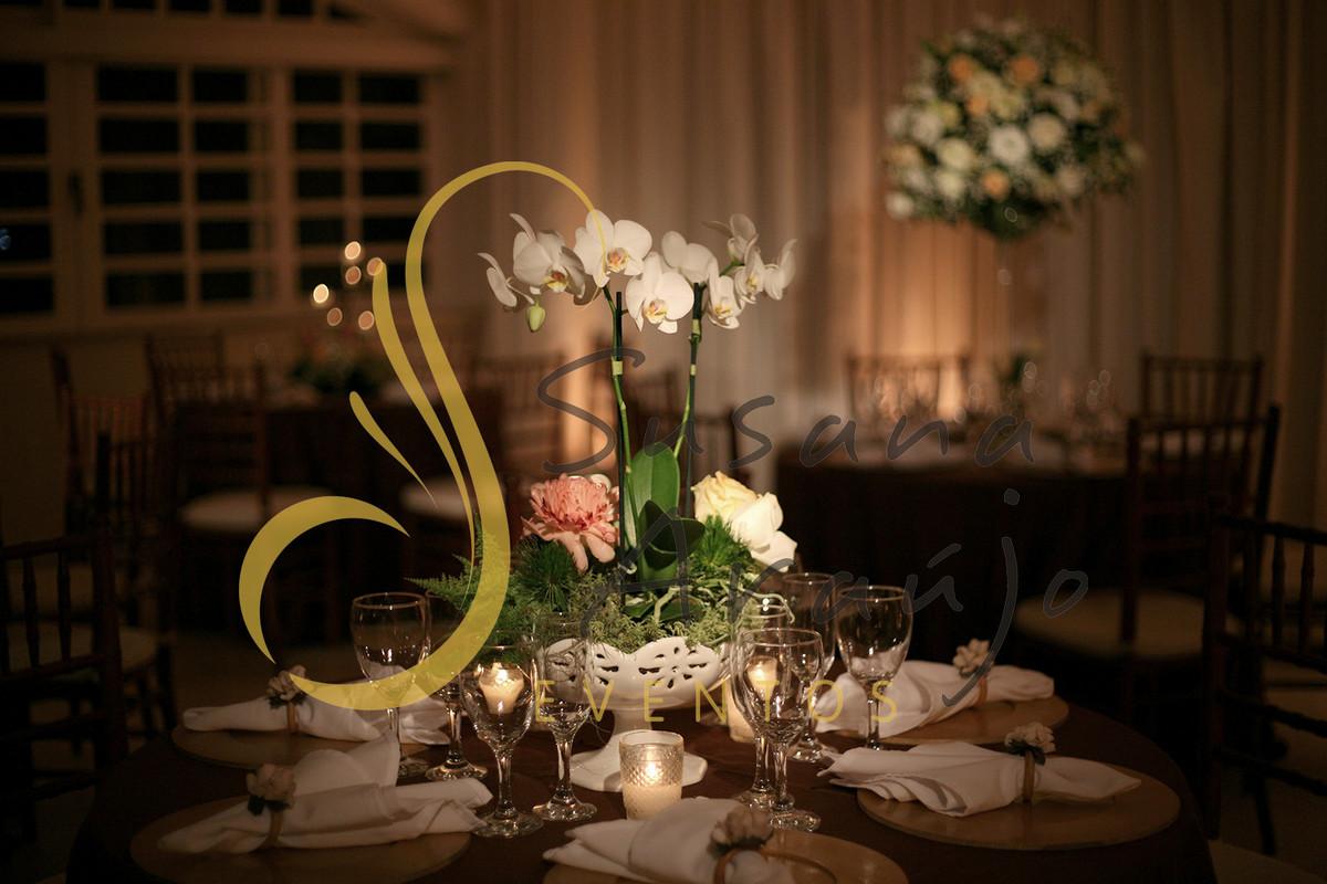 Casamento Casa da Amizade Niterói RJ Decoração floral flores brancas Centro de mesa  arranjo orquidea velas sousplats estampado toalha charuto taças vidro