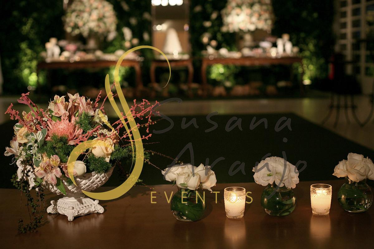 Casamento Casa da Amizade Niteroi mesa de centro lounge madeira composição de arranjos velinhas arranjinhos flores brancas cha rosa pasteis tonalidades fruteira