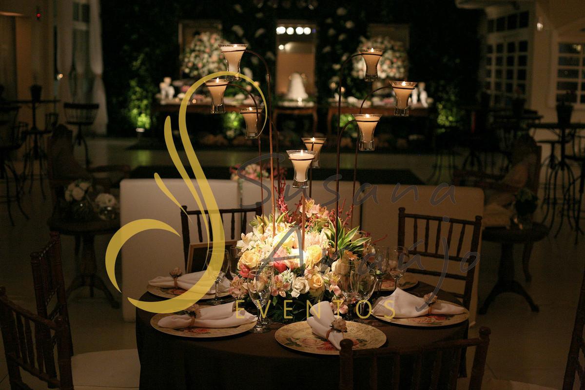 Casamento Casa da Amizade Niterói RJ Decoração floral flores brancas rosa claro pasteis Centro de mesa  arranjo suporte ferro velas sousplats estampado toalha charuto taças vidro