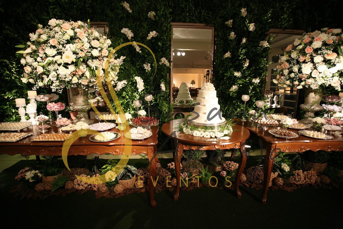 Casamento Casa da Amizade Niterói Decoração floral flores brancas rosa claro tons pasteis Mesa bolo doces bandeja prata arranjos grandes Muro inglês  painel era orquídea branca paisagismo