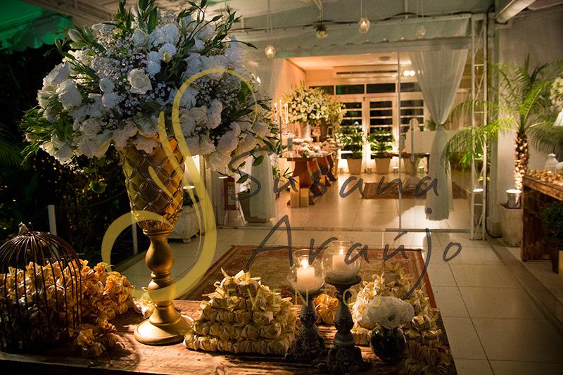 Casa da Amizade Casamento Niteroi Anfora Dourada Strass Arranjo Branco Flores Decoração Entrada
