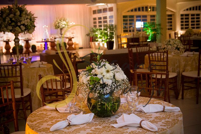 Casamento Casa da Amizade Niterói RJ Decoração floral flores brancas Centro de mesa  arranjo baixo bouquet toalha adamascada dourada cadeira madeira