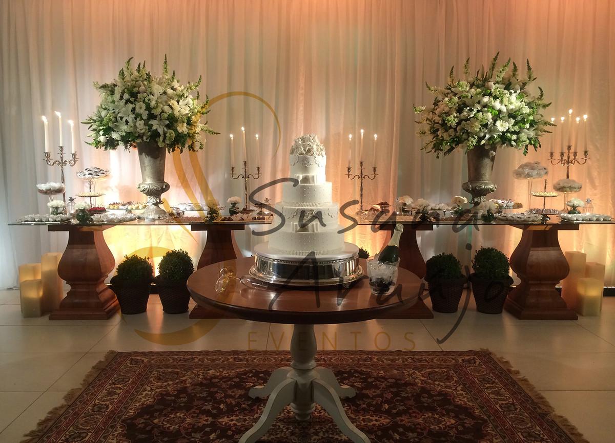 Casamento Casa da Amizade Niterói Decoração floral flores brancas Mesa bolo doces bandeja prata arranjos grandes tapete persa vinho