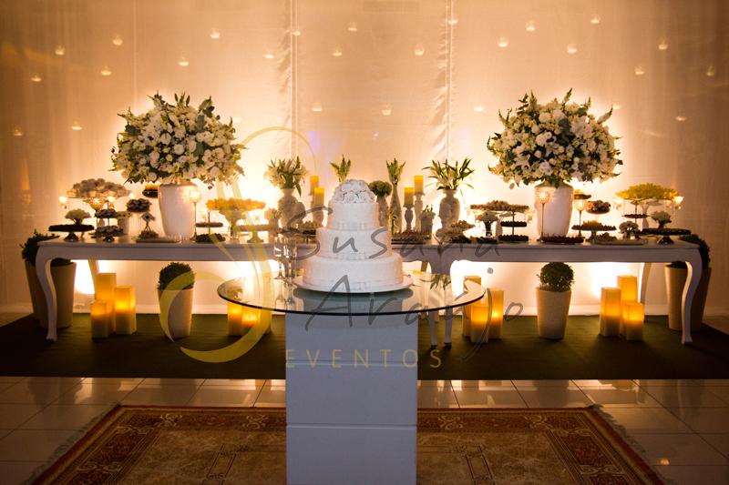 Decoração Casamento Tio Sam Niterói, mesa de doces e bolo com flores e arranjos de flores brancas.