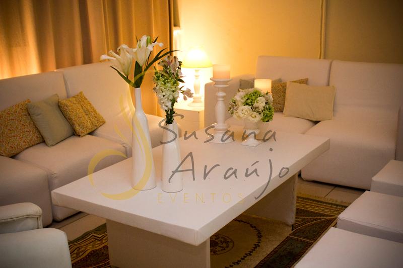 Decoração Casamento Tio Sam Niterói, mesas de lounges com flores e arranjos de flores brancas e velas.