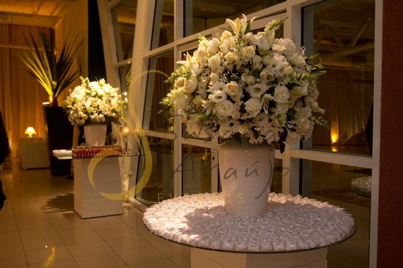 Decoração Casamento Tio Sam Niterói, mesa de bem casados com flores e arranjos de flores brancas.
