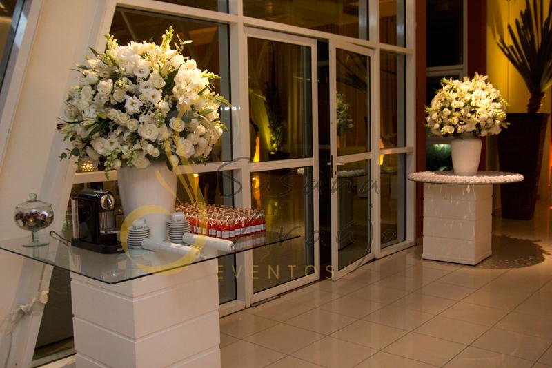 Decoração Casamento Tio Sam Niterói, mesa de lembranças com flores e arranjos de flores brancas.