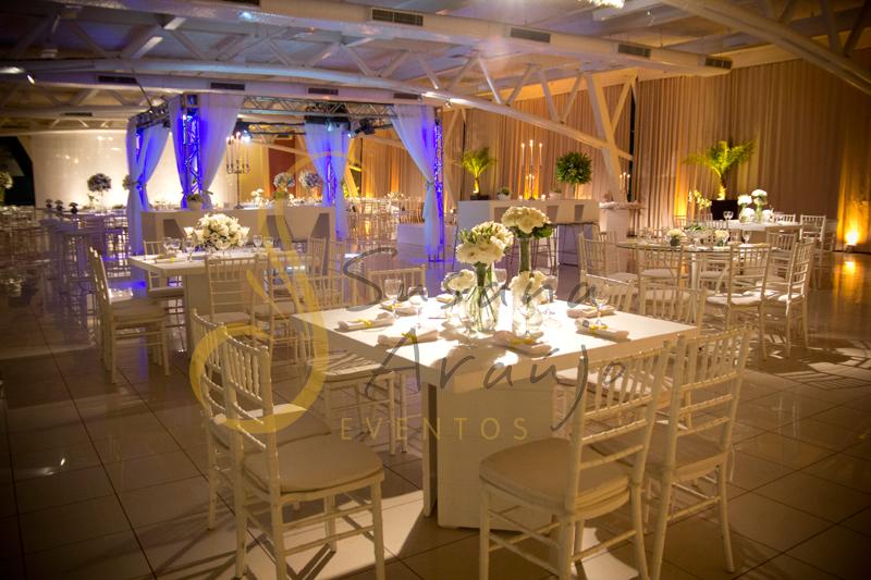 Decoração Casamento Tio Sam Niterói, mesas de convidados quadradas brancas com flores e arranjos de flores brancas.