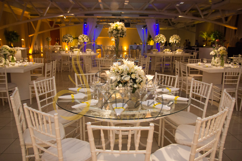 Decoração Casamento Tio Sam Niterói, mesas de convidados de vidro  redondas com flores e arranjos de flores brancas.