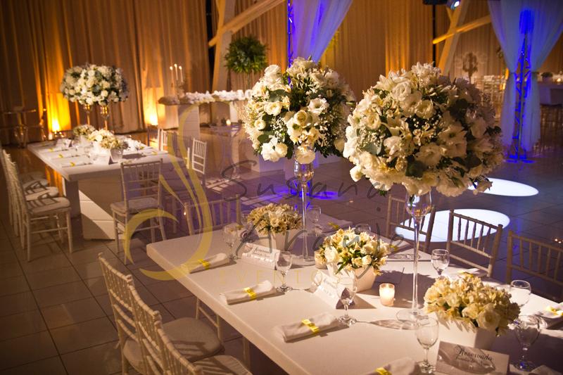 Decoração Casamento Tio Sam Niterói, mesas de convidados com flores e arranjos de flores brancas, e guardanapos.