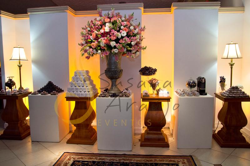 Decoração de mesa de bem casados  Imperial, mesa de lembranças e bem casados e bolo com flores e arranjos de flores