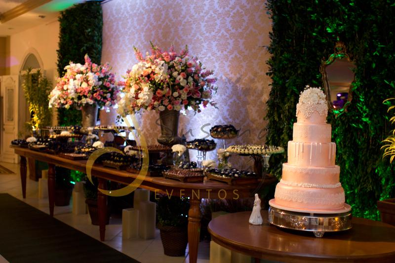 Decoração de casamento Solar Imperial, mesa de doces e bolo com flores e arranjos de flores brancas e rosa.