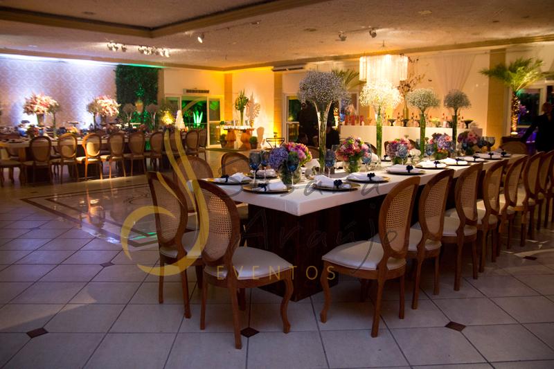 Decoração de casamento Solar Imperial, mesa de convidados de espelho com flores e arranjos de flores brancas, rosa e azuis. Composta com sousplat, guardanapos e taças