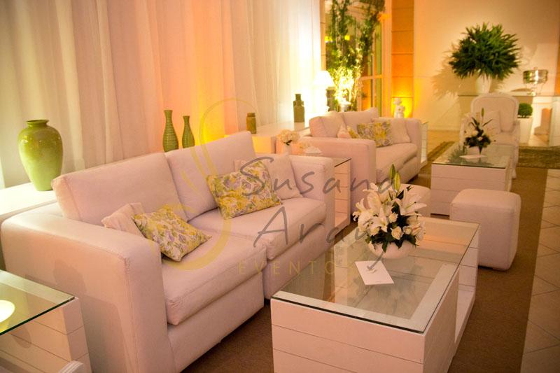 Decoração de casamento Solar Imperial, lounges com flores e arranjos de flores brancas.almofadas
