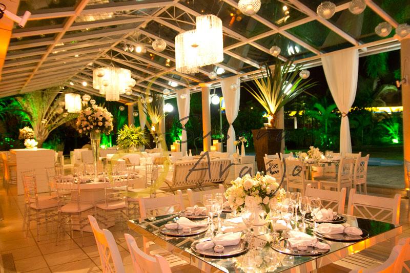 Decoração de casamento Solar Imperial, lounges com flores e arranjos de flores brancas. Lustres, velas e voils, plantas pândano