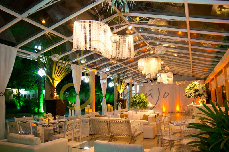 Decoração de casamento Solar Imperial, lounges com flores e arranjos de flores brancas. Lustres, velas e voils