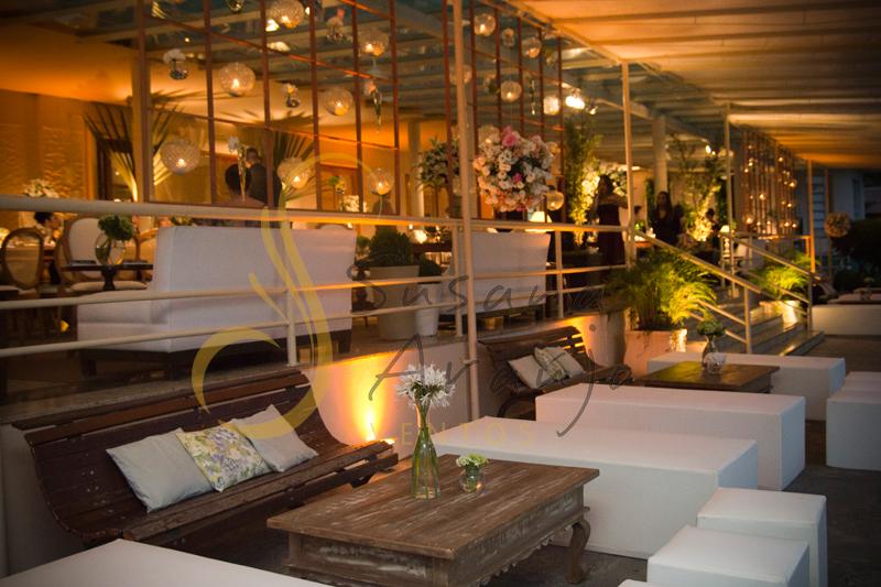Lounge, lounge casamento, velas suspensas, velas, Casamento Rio Cricket Niterói, lounges com flores e arranjos de flores brancas, e mobiliário de madeira.