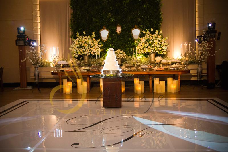pista de danças, muro inglës, espelhos Casamento Rio Cricket Niterói, mesa de doces e bolo com flores e arranjos de flores brancas, e mobiliário de madeira. Muro Inglés e espelhos