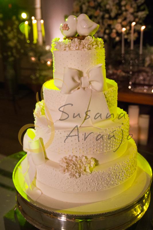 Bolo, bolo de casamento, Casamento Rio Cricket Niterói, mesa de doces e bolo com flores e arranjos de flores brancas, e mobiliário de madeira.