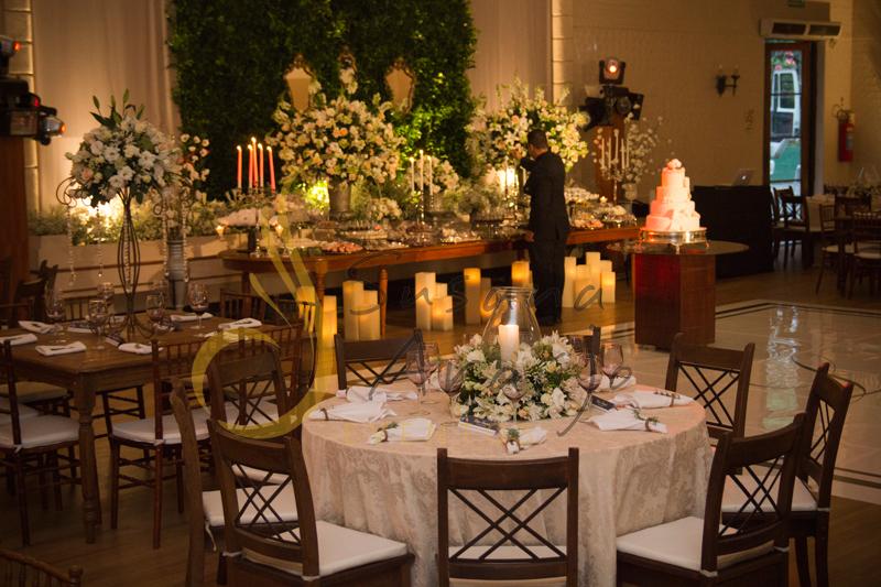 Casamento Rio Cricket Niterói, mesa de convidados com flores e arranjos de flores brancas e chá, e mobiliário de madeira.