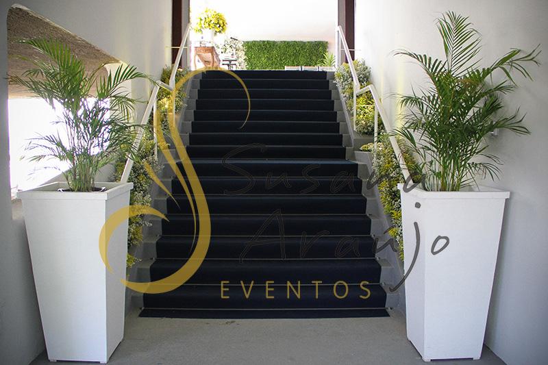 Casamento Casa Fróes Niterói Decoração escada carpete azul marinho jardineira flores amarelas