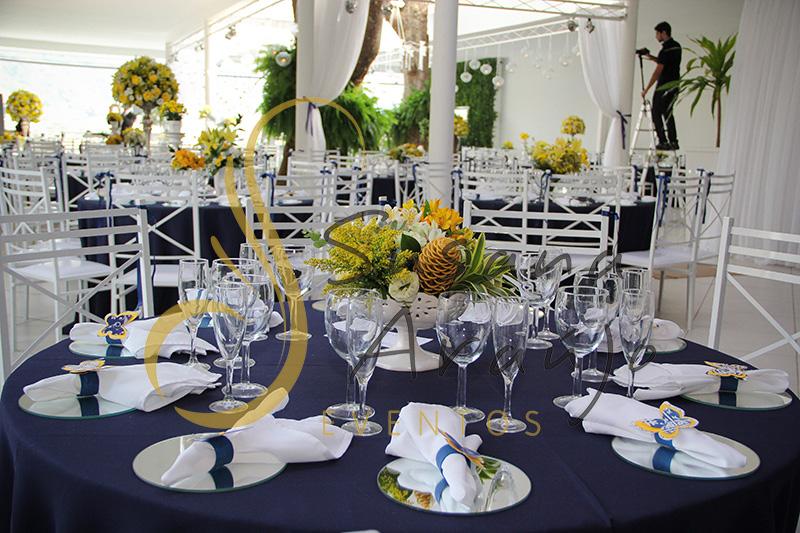 Casamento Casa Fróes Niterói RJ Decoração floral flores amarelas Centro de mesa arranjo alto toalha azul marinho cadeira branca