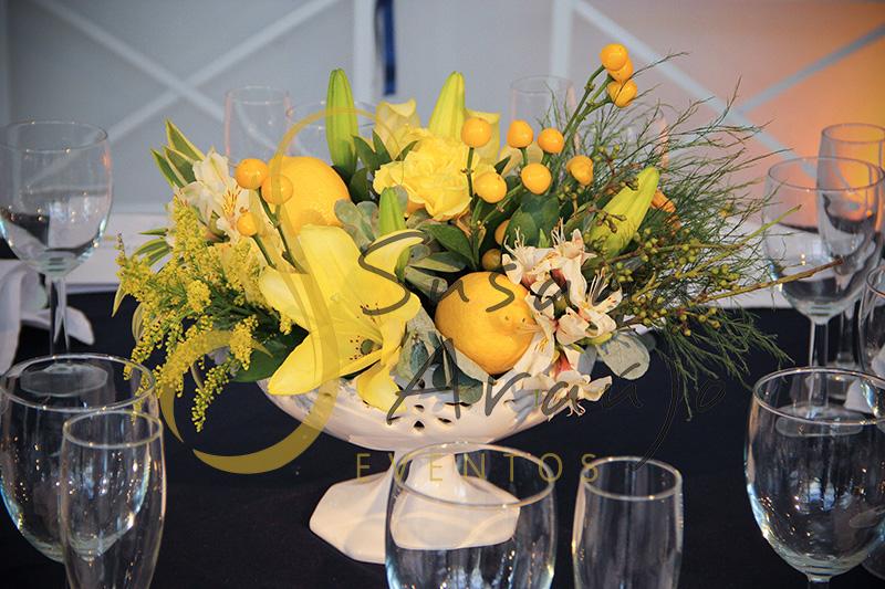 Casamento Casa Fróes Niterói RJ Decoração floral flores amarelas Centro de mesa arranjo toalha azul marinho