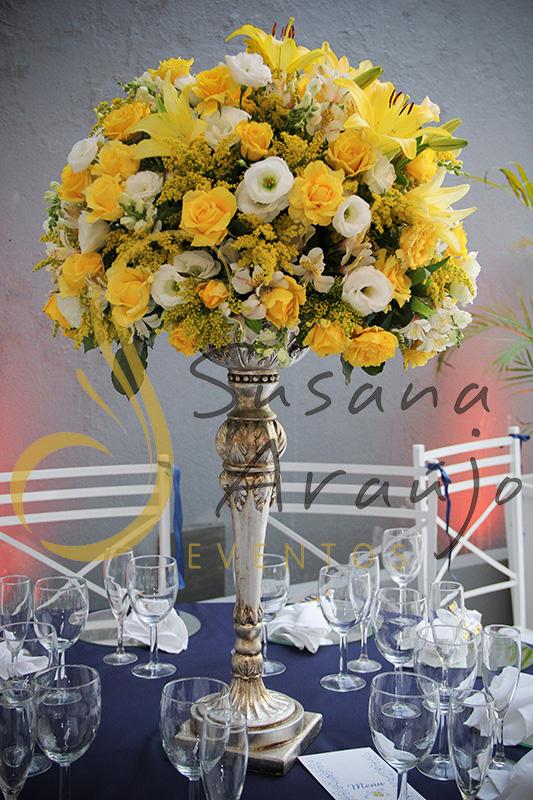 Casamento Casa Fróes Niterói RJ Decoração floral flores amarelas Centro de mesa arranjo alto toalha azul marinho cadeira branca sousplat espelho suporte prata