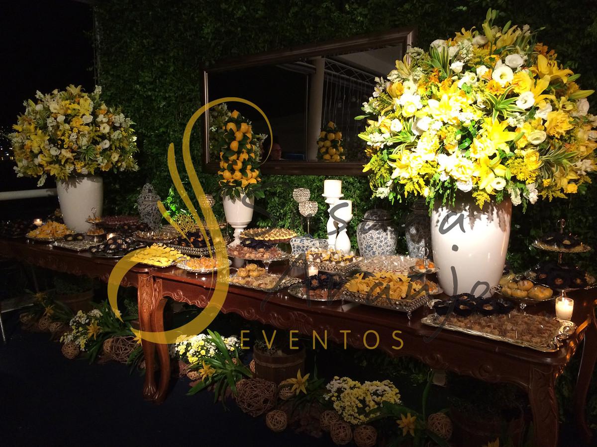 Casamento Casa Fróes Niterói Decoração floral flores amarelas  Mesa bolo doces bandejas prata arranjos grandes altos decorativos Muro inglês  painel era espelho grande paisagismo porcelana branca