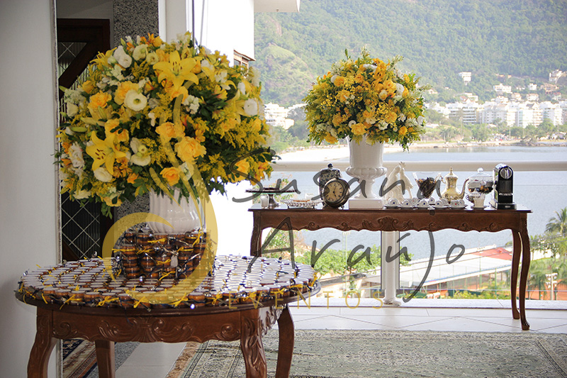 Casamento Casa Fróes Niterói Decoração floral flores amarelas porcelana branca bem casado café aparadores madeira