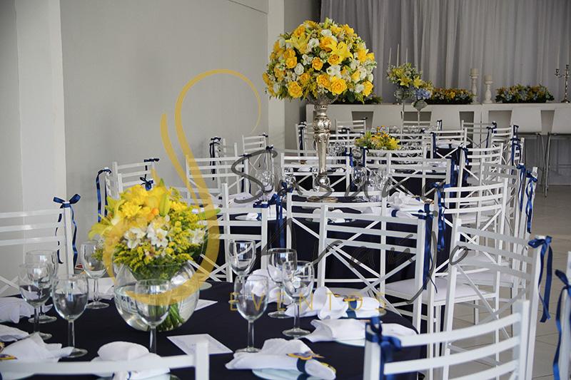 Casamento Casa Fróes Niterói RJ Decoração floral flores amarelas Centro de mesa  arranjo alto toalha azul marinho cadeira branca sousplat espelho