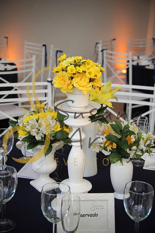 Casamento Casa Fróes Niterói RJ Decoração floral flores amarelas Centro de mesa  arranjo alto toalha azul marinho cadeira branca porcelana branca sousplats espelho