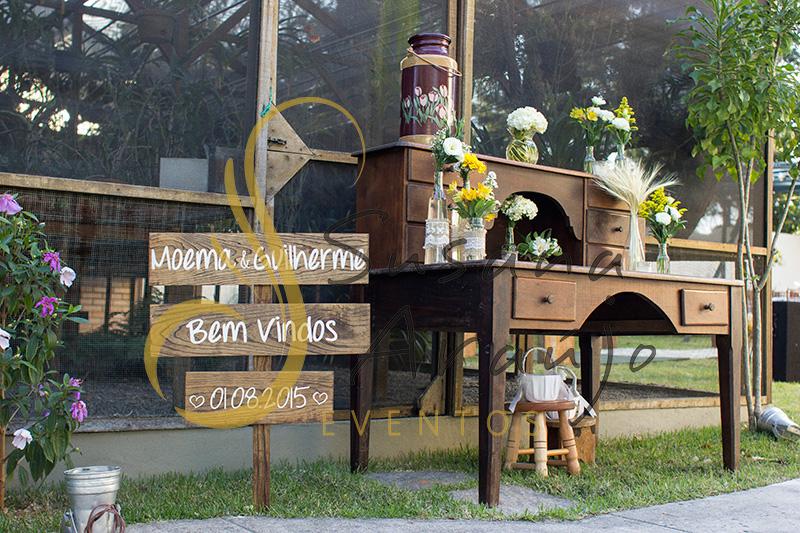 Casamento Cerimônia ao ar livre gramado sitio Decoração floral flores amarelas escrivaninha madeira placa bem vindos arranjinhos