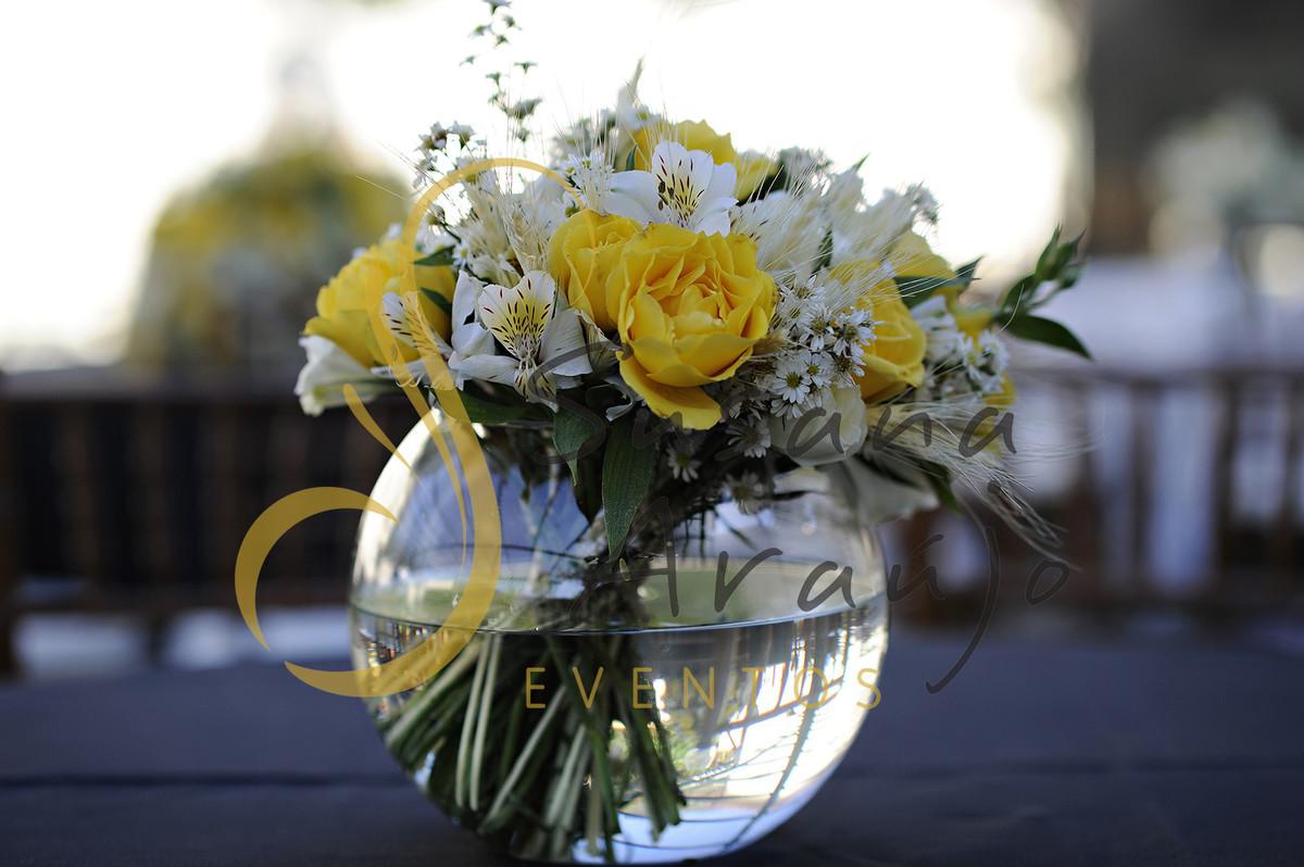 Casamento Cerimônia ao ar livre gramado sitio Decoração floral flores amarelas brancas centros de mesa convidados bouquet aquario vidro toalha preta