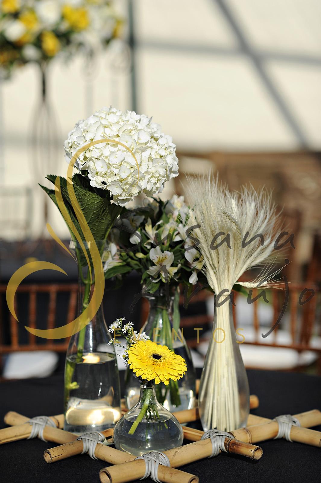 Casamento Cerimônia ao ar livre gramado sitio Decoração floral flores amarelas brancas centros de mesa convidados composição treliça bambu toalha preta