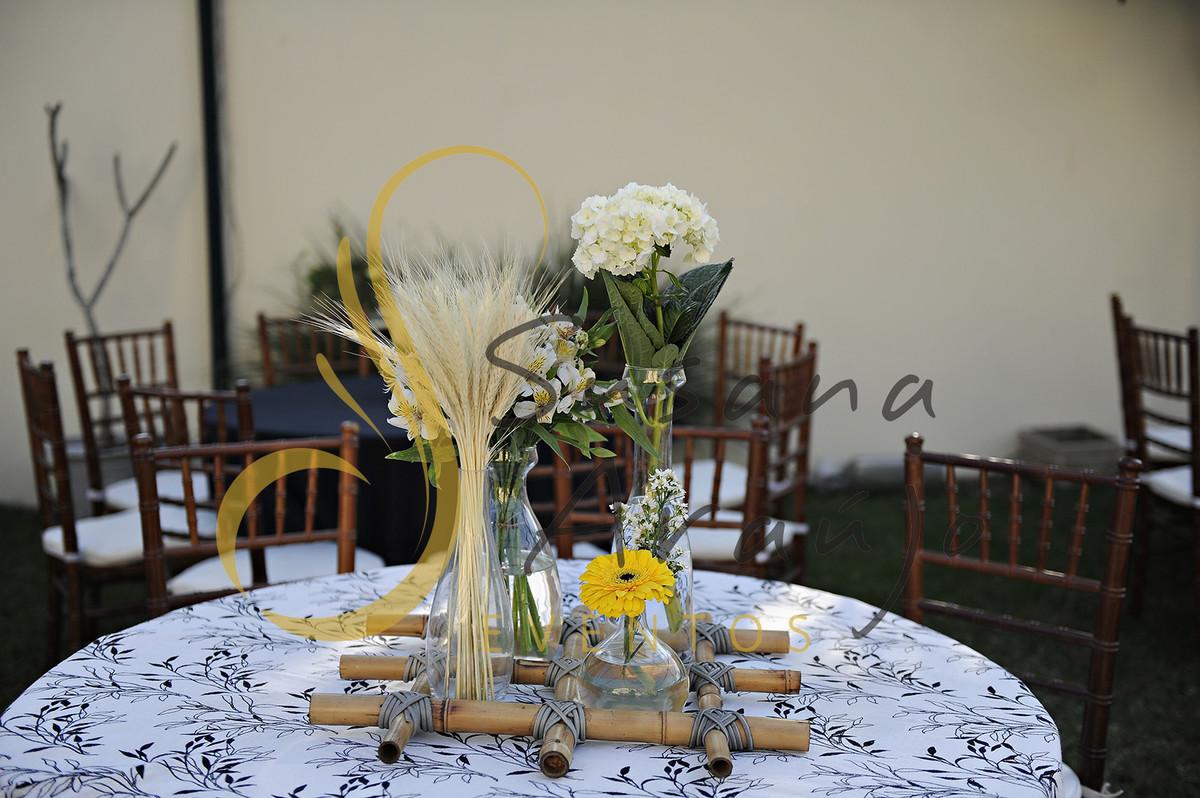 Casamento Cerimônia ao ar livre gramado sitio Decoração floral flores amarelas brancas trigo centros de mesa convidados composição treliça bambu toalha preta branca estampada