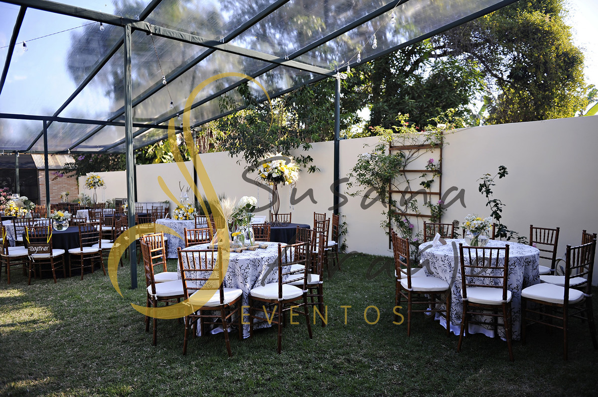 Casamento Cerimônia ao ar livre gramado sitio Decoração floral flores amarelas brancas centros de mesa convidados toalha preta branca estampada arranjos